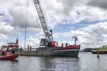 Rijkswaterstaat vist een afgebroken roer uit het water bij sluis Terherne
