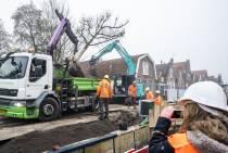 FOTO'S Vervuilde grond zorgt voor vertraging, gat eerste boom Lutskade net op tijd klaar