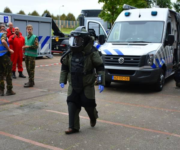 EODD, politie en brandweer oefenen in Sportstad Heerenveen, bomkoffer in kelder