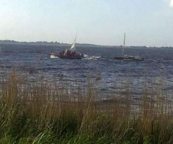 Twee omgeslagen zeilbootjes bij Echten