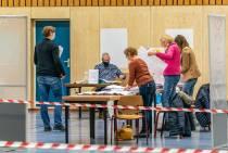 FOTO'S / Briefstemmen worden geteld, stembureaus open