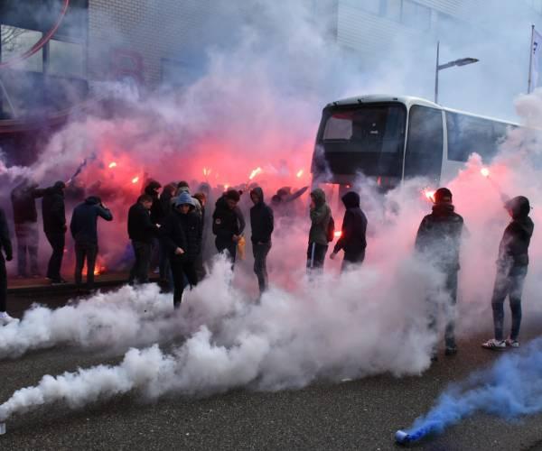 sc Heerenveen supporters zwaaien spelersbus uit met veel gezang en vuurwerk