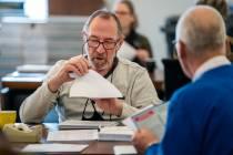 FOTO'S / Tellen poststemmen in Joure: aantal afgekeurde briefstemmen in Fryslân snel naar beneden door nieuwe regels