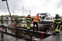 FOTO'S / Gezonken boot uit jachthaven van Sint Nyk gelicht