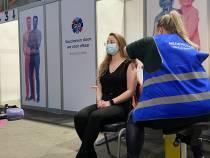 Verpleegkundige De Flecke in Joure als eerste gevaccineerd in Friesland