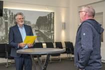 Actiegroep overhandigt handtekeningen tegen Burgemeester Krijgerplein