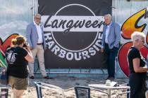 FOTO'S / Burgemeesters geven startsein terras 'Harbourside Langweer'