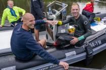 FOTO'S / Benno Tuinstra bedwingt de '11 van Joure' voor kankeronderzoek, Maarten van der Weijden zwemt eerste stuk mee