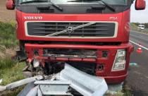 Vrachtwagen op A6 in de vangrail