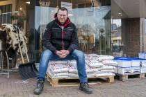 Winkelier Hendrik Boonstra zet de handel buiten in Sint Nicolaasga