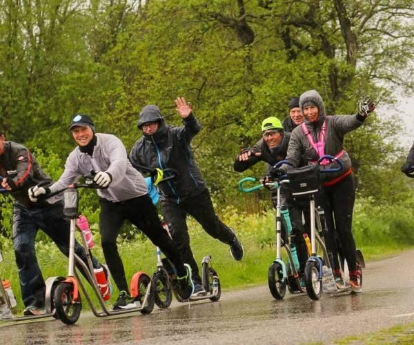 Zeven vrienden steppen twee keer Elfstedentocht: 460 kilometer op de autoped