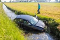 Auto belandt in sloot bij Terherne