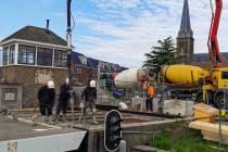 FOTO'S / Nieuwe slijtlaag voor Riensluisbrug in Lemmer