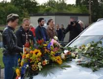 Honderden mensen brengen laatste eerbetoon aan Lara van Ruijven bij Thialf