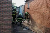 Brandweer sloopt deel muur om vuur te blussen
