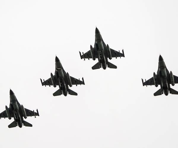 FOTO'S / Plaquette voor neergestorte bommenwerper bij Doniaga, F16's vliegen over
