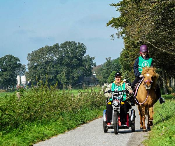 FOTO'S / Deelnemers Onbeperkte Elfstedentocht genieten van Gaasterland