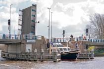 FOTO'S / Opening Fries watersportseizoen: brugbediening via app bij Langweer primeur