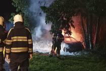 Auto tegen boom en in brand