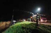 Groot alarm voor auto in sloot Delfstrahuizen
