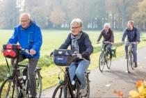 Fietsdocenten en sportcoach geven fietstips in Balk