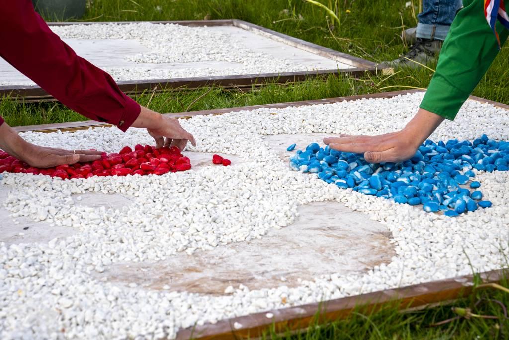 Vrijheidsfakkel van duizenden steentjes door scouting Joure Foto Gewoan Dwaan