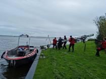 Brandweer Echten haalt afgebroken mast van catamaran uit Grutte Brekken