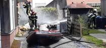 FOTO'S / Schuurbrand slaat over naar gevel woning