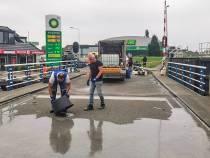 Lemster Riensluisbrug krijgt nieuwe deklaag