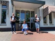 Hof en Hiem geeft 'Oorkonde foar de grutte kanjers fan Swimfun'