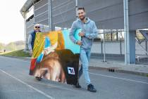FOTO'S / Schaatser Kjeld Nuis schildert zelfportret bij skatebaan
