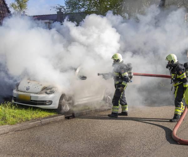 FOTO'S / Auto in brand op Scheen in Joure