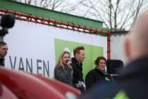 Boer Zoekt Vrouw deelneemster Femke Wiersma voert campagne voor BBB in Lemmer
