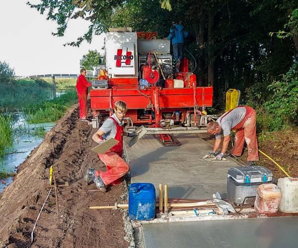 Nieuw betonnen pad en brug bij de Veenscheiding