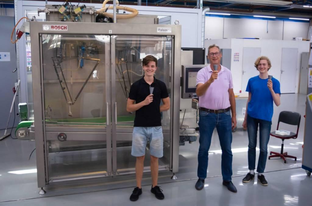 Directeur Bart Hakbijl (Holiday Ice) die wordt geflankeerd door FC-studenten Max Henning en Rens Huisman.