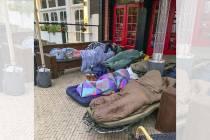FOTO'S / Grote verbazing bij Jouster caféhouder, 'idioten' slapen bij Café de Stam voor het 'Bierontbijt'