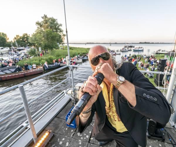 FOTO'S / Danny Panadero bouwt feest in passantenhaven Langweer
