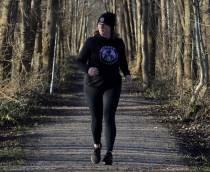 Aukje geeft les in Slowrunnen: ontspannen hardlopen middels looptechniek, ademhalings- en basis yogaoefeningen