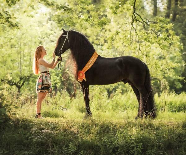 KWF Horsekalender: BN-powervrouwen vastgelegd met zwarte parels