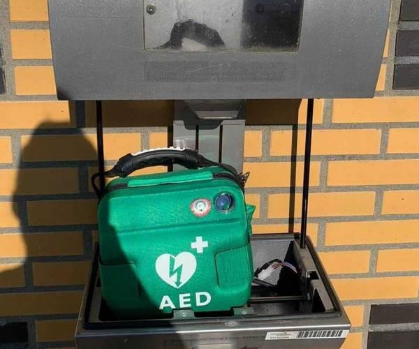 Politie zoekt persoon die AED uit kast heeft gehaald
