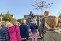 Burgemeester Veenstra haalt tekeningen voor de Sint op