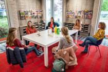 FOTO'S / Jongeren helpen Bibliotheek Lemmer met perfecte bibliotheek