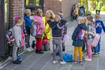 FOTO'S / Weer naar school, blijdschap en tranen bij de Westermarskoalle