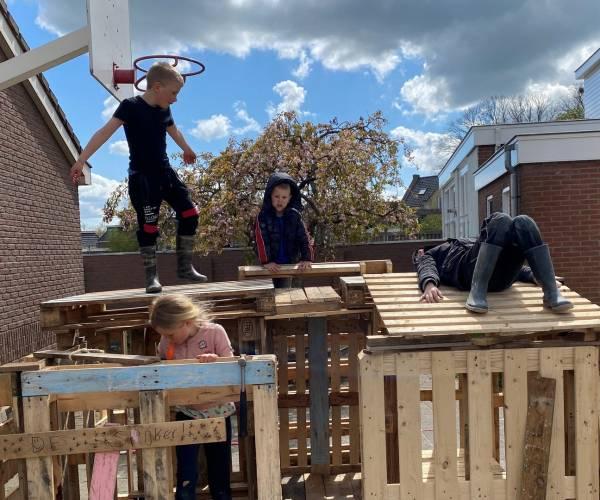 De school is dicht, maar kinderen bouwen timmerdorp op het schoolplein van Terkaple
