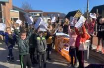 Kinderen CBS De Tarissing in Oudehaske lopen voor KiKa