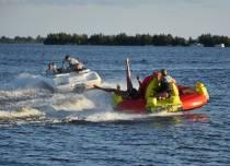 Genieten op Funtube achter speedboot op het Tjeukemeer bij Rohel